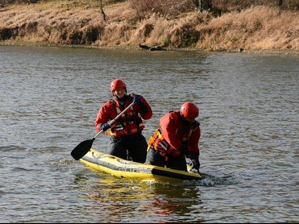 Hasiči zachraňovali vOstravě-Koblově kachnu zamotanou vrybářském vlasci.