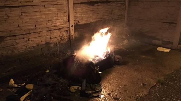 Jeden z kontejnerů, který v noci na středu zapálil neznámý žhář, vyfotil čtenář Deníku.