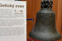 """Gotický zvon pocházející ze Zábřehu, který je ojedinělý svou dvojitou """"patrovou"""" korunou."""