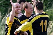 Prozatím dvanáctkrát si mohl na podzim Pavel Cirkl (zcela vlevo) plácnout se svými spoluhráči na oslavu vstřelené branky.