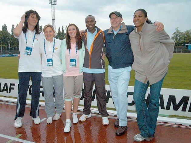 Hvězdy světových atletických oválů se sešly poprvé až včera v Ostravě. Na snímku zleva Kašpárková, Formanová, Mastěrkovová, Kipketer, Ovett a Pérecová