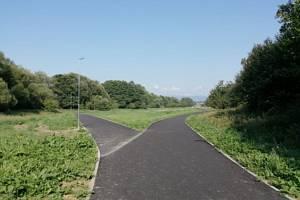 Nová stezka pro cyklisty a bruslaře v bruntálském parku představuje investici přes šest milionů korun.