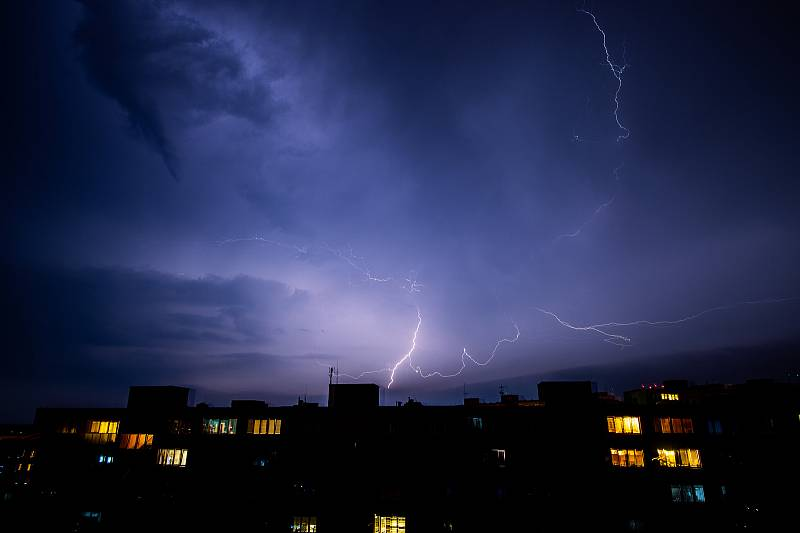 Bouřka, blesk, blesky, ilustrační foto, panelák sídliště, dům, 13. června 2019 v Ostravě.