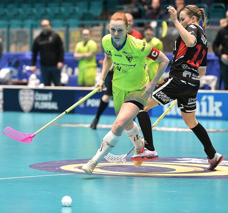 Pohár mistrů ve florbalu, o 3. místo (ženy): 1. SC Vítkovice - SB-Pro Nurmijarvi, 12. ledna 2020 v Ostravě. Na snímku (zleva) Denisa Ferenčíková a Heidi Lirkki.