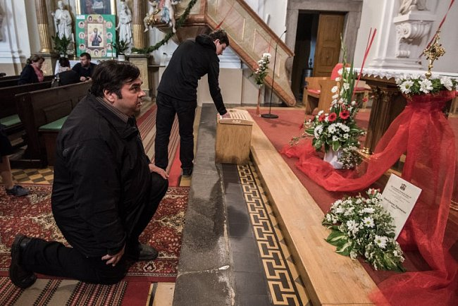 V kostele ve Staré Bělé jsou vystaveny ostatky sv. Jana Nepomuckého.
