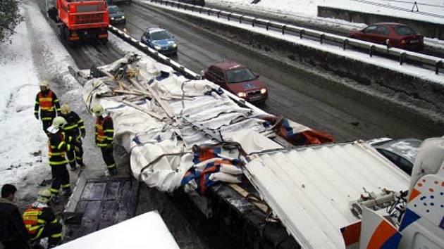 Kamion uvízl mod mostem v Ostravě-Přívoze