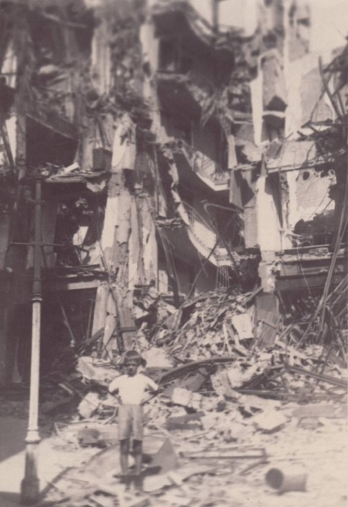 RIX. Po někdejším obchodním domě v ulici 28. října nedaleko náměstí zůstalo jen torzo. Bylo riziko, že to může spadnout. Jedna z nejznatelnějších proměn na snímcích.