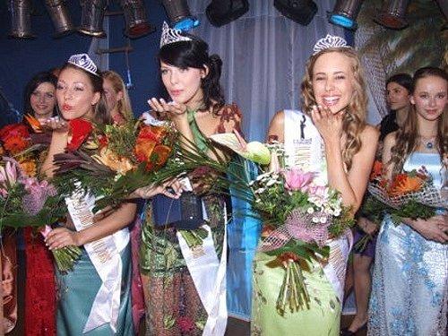 Vítězky soutěže posílají pusu všem čtenářům Deníku. Zleva: Anežka Kordová, Míša Dihlová a Andrea Trebichalská.
