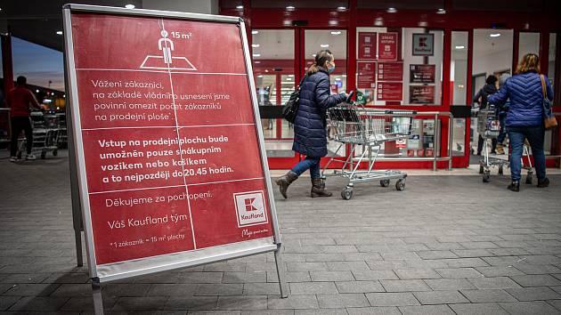 Situace před vchodem do jednoho z marketů v Ostravě ve středu 18. listopadu 2020. Začalo platit omezení počtu zákazníků na plochu v obchodech a nákupních centrech a zároveň se prodlužuje provozní doba prodejen do 21:00, kdy začíná zákaz vycházení.