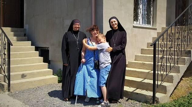 Olena, invalidní maminka samoživitelka, se svým synem Sašou, je jednou z potřebných žen.