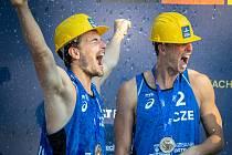 STŘÍBRO! Takhle se plážoví volejbalisté Ondřej Perušič (vlevo) a David Schweiner radovali předloni v Ostravě.