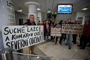Demonstrace nespokojených občanů ze Suchých Lazců na Krajském úřadě v Ostravě.