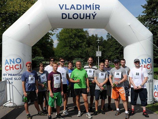 Netradiční způsob prezidentské volební kampaně si zvolil Vladimír Dlouhý, bývalý ministr průmyslu a obchodu z devadesátých let minulého století. Ač mu bude příští rok už šedesát let, rozhodl se běhat napříč městy České republiky.