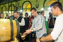 O tom, že natočit správně zlatavý mok není žádná sranda se na vlastní kůži přesvědčili také hvězdy fotbalového Baníku Milan Baroš a Václav Svěrkoš.