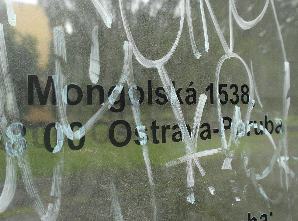 Marica je skutečnou ostudou Ostravy-Poruby a její osud řeší radnice s majitelem, městskými strážníky i státní policí, stopy po pobudech jsou však stále nepřehlédnutelné.