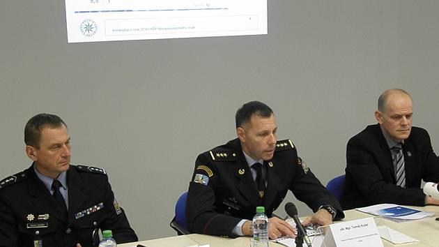 Vedení moravskoslezské policie (zleva náměstek Radím Daněk, ředitel Tomáš Kužel a náměstek Radim Wita) informovali na pondělní tiskové besedě o vývoji kriminality v kraji.