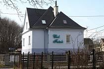 Nevěstinec v bleděmodrém domě na rozhraní Kunčic a Kunčiček lidem ze sousedství povětšinou vadí.