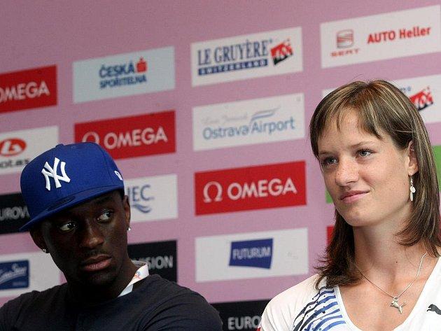 Tisková konference k mistrovství evropy v atletice do třiadvaceti let. Vlevo Teddy Tamgho, vpravo Kateřina Cachová