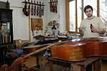 Ostravský houslař Tomáš Pospíšil dokáže kromě houslí vyrobit i další smyčcové nástroje – basu a violu.
