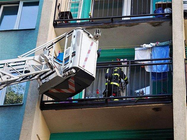 Hned u dvou požárů se škodou přes sto tisíc korun zasahovali v pondělí ostravští hasiči. Místem druhého požáru se stal panelový dům v Ostravě-Výškovicích.
