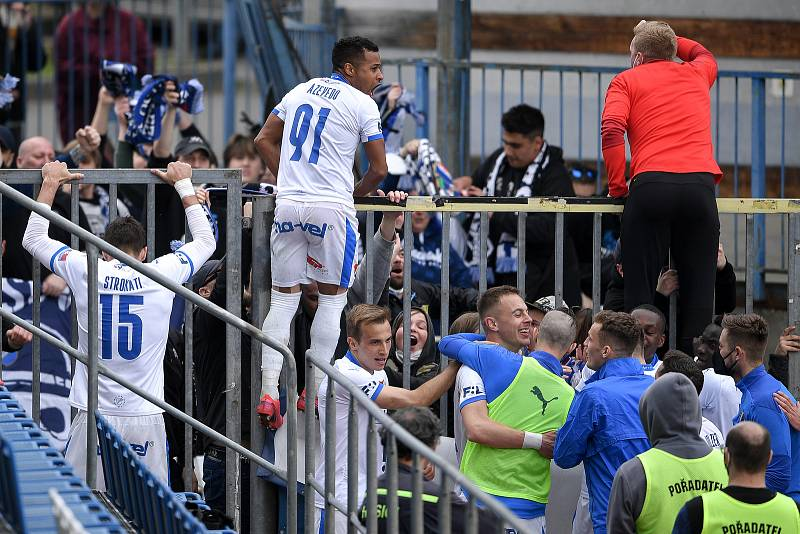 Utkání 29. kola první fotbalové ligy: Sigma Olomouc - Baník Ostrava, 24. dubna 2021 v Olomouci. Tým Baníku oslavuje druhý gól s fanoušky (Patrizio Stronati a Dyjan Carlos De Azevedo).