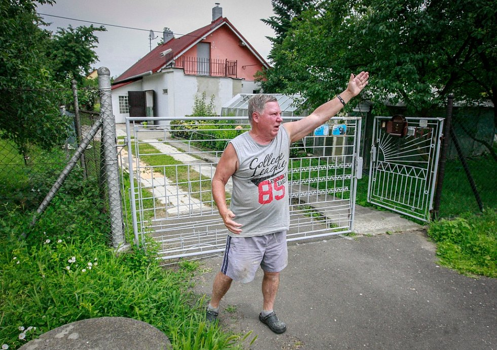 Oldřich Burian byl mezi posledními, které záchranáři před dvaceti lety z lokality Žabník evakuovali. Jak ukazuje, cítil se na půdě svého domku v bezpečí, a navíc měl nafukovací člun.