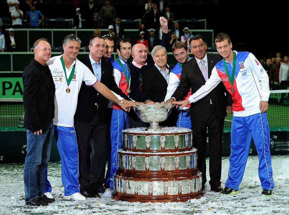 IVAN LENDL (třetí zleva) se spoluhráči z vítězného roku 1980 u salátové mísy pro vítěze Davisova poháru 2012. Český tým vedený kapitánem Jaroslavem Navrátilem (druhý zleva) tehdy v Praze porazil Španělsko.