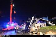 Zhruba čtyři hodiny zasahovali hasiči u nehody kamionu zásilkové služby, která se stala v pondělí v noci v Hlučíně na Opavsku.
