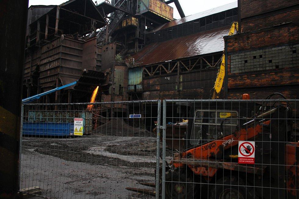 """Září 2017. Dolní Vítkovice """"obsadila"""" demoliční technika. Procházejí očistou."""