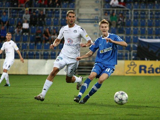 Ilustrační foto. Na snímku z utkání Slovácko - Baník Ján Greguš (v modrém) a domácí Libor Došek.
