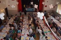 Letošního už 11. ročníku akce se zúčastnilo 250 lidí, dalších zhruba 40 museli organizátoři odmítnout. I tak byly ale sály restaurace Prostor zaplněny do posledního místečka.