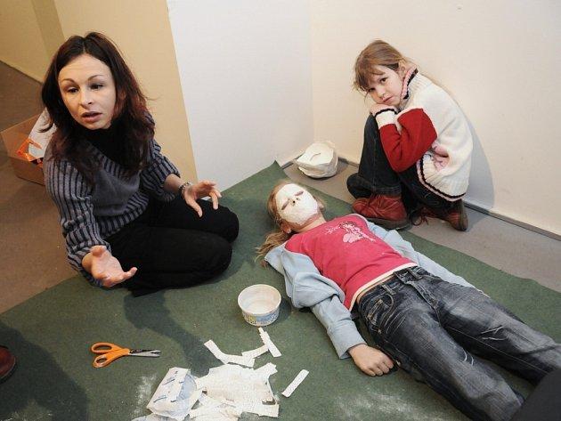 Děti ve výtvarné dílně pro malé umělce vyráběly masky