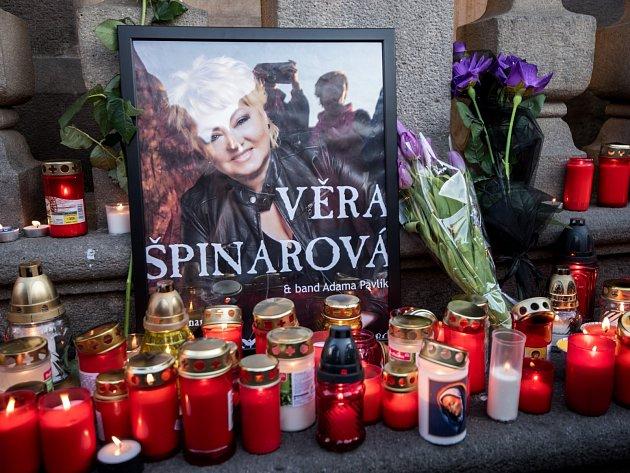 Lidé vytvořili pietní místo na počest Věry Špinarové na Masarykovém náměstí v Ostravě.