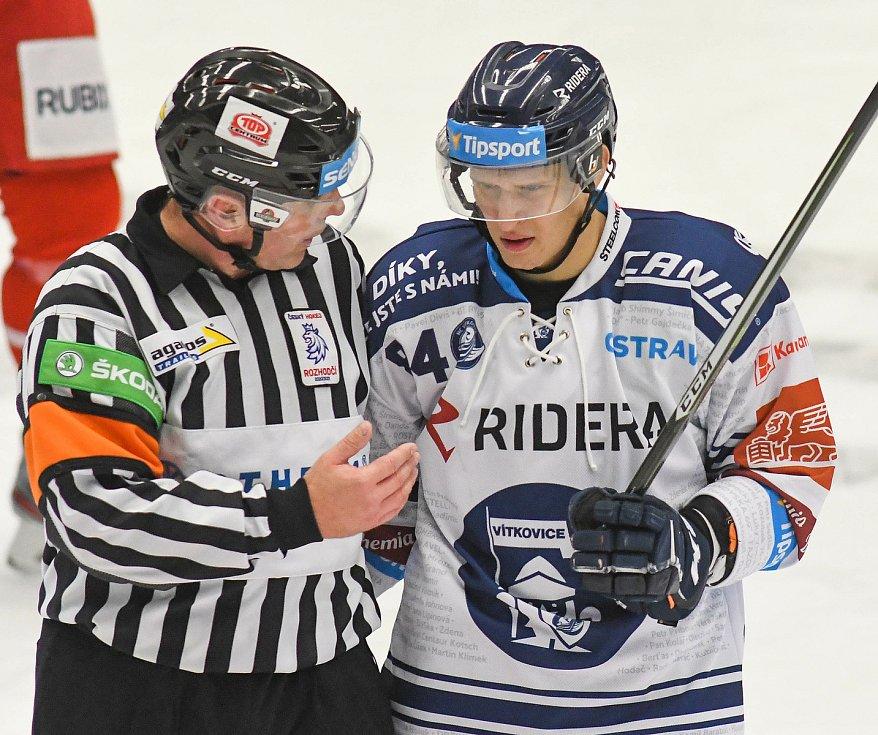 Hlavní rozhodčí René Hradil a Jan Shleiss z Vítkovic - 29. kolo Tipsport Extraligy HC VÍTKOVICE RIDERA - HC Oceláři Třinec, 26. prosince 2020 v Ostravě.
