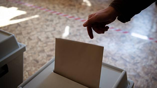 Volební místnost (okrsek č. 26) na ZŠ Dětská v Porubě, 2. října 2020 v Ostravě. V Česku se 2. a 3. října konají volby do krajských zastupitelstev a první kolo voleb do třetiny Senátu.