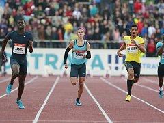 Z TALENTU HVĚZDA. Jihoafrický čtvrtkař Wayde van Niekerk (ve žlutém triku) se v na Tretře poprvé představil před čtyřmi lety jako velká naděje africké atletiky. Teď se do Ostravy vrací coby celosvětová sportovní superstar.