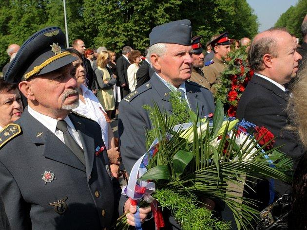 Slavnostní akt spojený s položením věnců a kytic, v rámci kterého byli vyznamenáni váleční veteráni, se uskutečnil ve čtvrtek u Památníku osvobození v Komenského sadech.