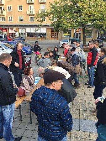Petici proti rozšiřování areálu VTP do oblasti porubského lesoparku a Myslivny přišly na Alšovo náměstí vPorubě podepsat stovky lidí.