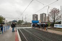 Po zrekonstruovaných zastávkách Křižíkova a Krajský úřad se podařilo dokončit další tramvajové nástupiště Most Mládeže u nově propojených ulic Plzeňská a Pavlovova.
