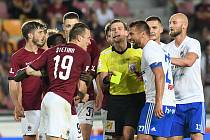 Rozepře Lukáše Štetiny ze Sparty a Milana Baroše z Baníku - FORTUNA:LIGA - Skupina o titul - 2. kolo, AC Sparta Praha - FC Baník Ostrava, 23. června 2020 v Praze.