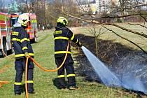 """U """"jarního požáru"""" zasahovali hasiči ze dvou ostravských jednotek se čtyřmi cisternami na loukách poblíž řeky Odry v Ostravě - Výškovicích."""
