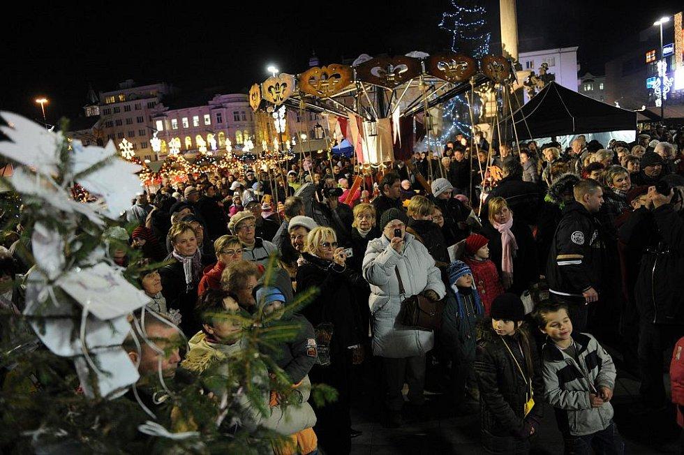 Česko zpívá koledy. I v Ostravě si lidé společně s Deníkem přišli v šest hodin na Masarykovo náměstí zazpívat koledy.