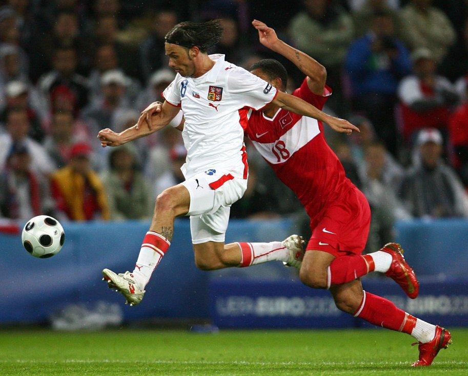 MAREK JANKULOVSKI v roce 2008 během utkání proti Turecku. Kazim Kazim na něj nestačí.