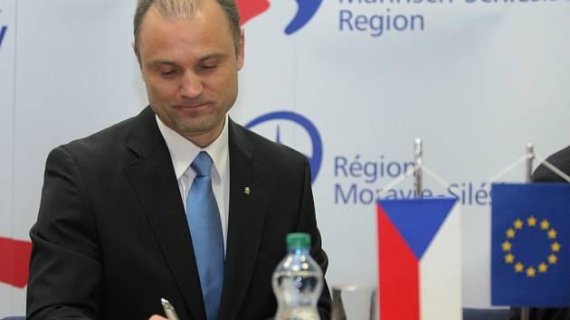 Ministr vnitra Ivan Langer informoval v pátek 28. března v Ostravě novináře o podpisu smlouvy týkající se Integrovaného bezpečnostního centra.