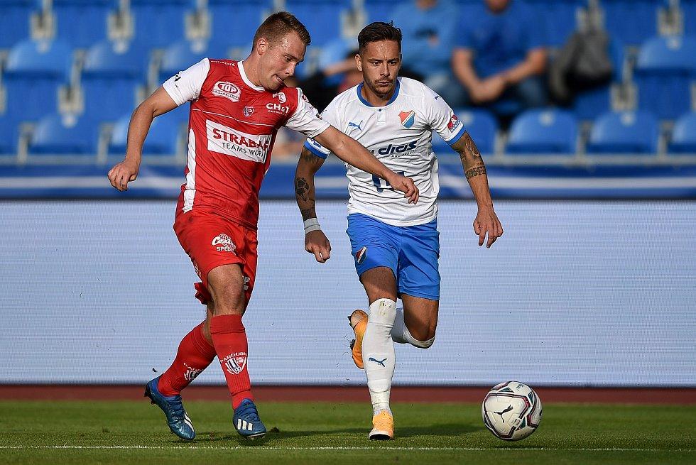 Utkání 4. kola první fotbalové ligy: FC Baník Ostrava - FK Pardubice, 19. září 2020 v Ostravě. Jan Prosek z Pardubice a Daniel Holzer z Ostravy.