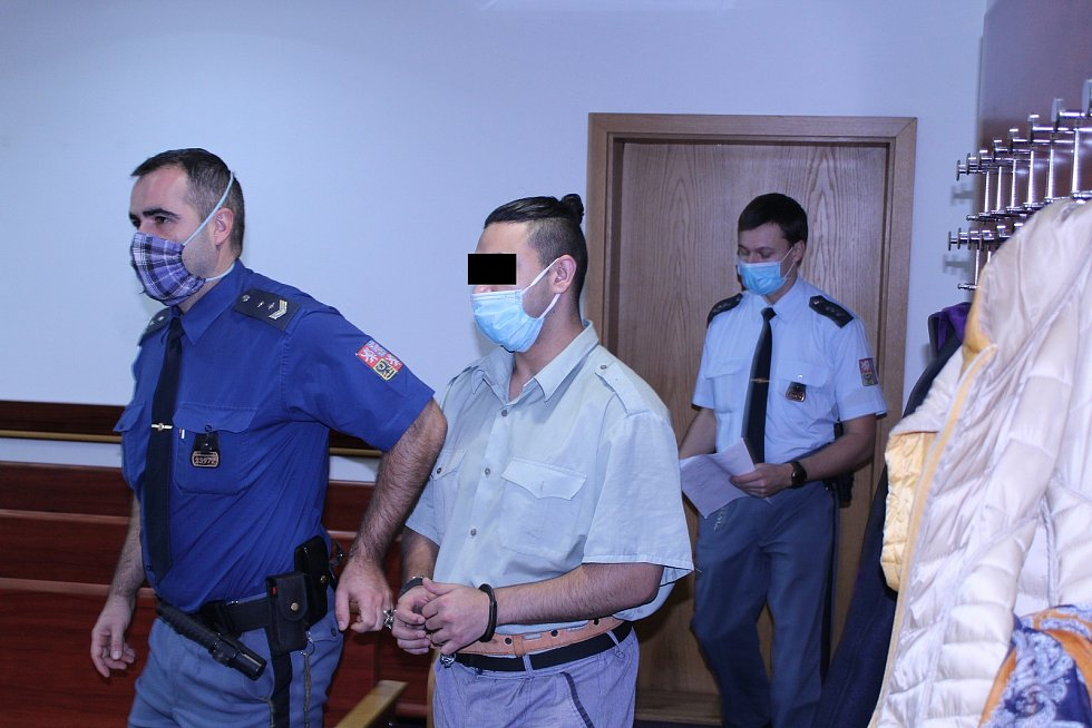 """Muž se k napadení dozorců přiznal. Díky tomu vyvázl """"jen"""" s dvouletým vězením."""
