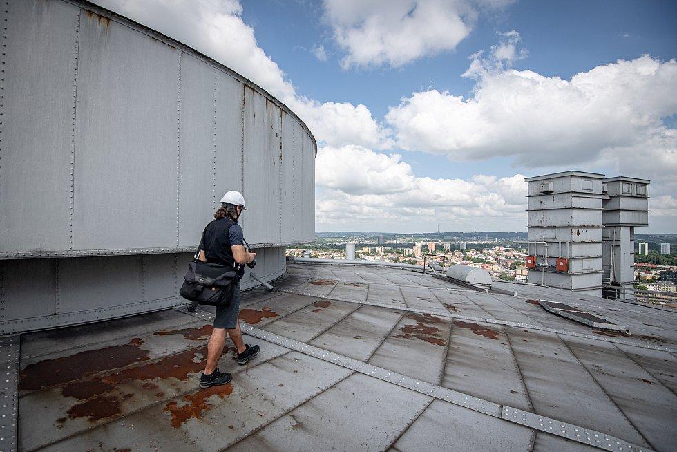 Odborná firma rozebere 84 metrů vysoký plynojem MAN který stojí na ulici 1. máje, snímek z 14. června 2021. Plynojem je už přes 10 let nevyužitý. Střecha plynojemu.