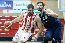 Basketbalové utkání Kooperativy NBL mezi BK JIP Pardubice (v bíločerném) a NH Ostrava (modrém) v pardubické hale na Dašické. 3. 12. 2020.