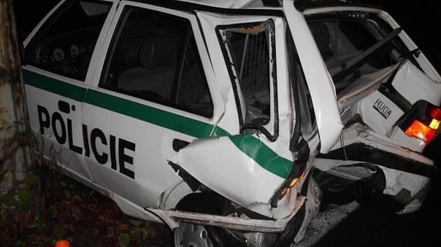 Jedno ze zdemolovaných policejních vozů