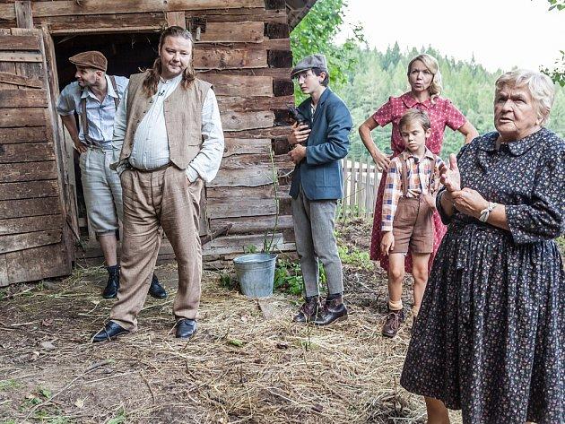 Sedmičlenná rodina zjižních Čech, která vyhrála konkurz do reality show Dovolená ve starých časech, tráví dva měsíce vbeskydských Starých Hamrech.
